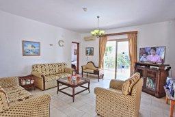 Гостиная. Кипр, Аргака : Роскошная уединенная кипрская вилла с панорамным видом на море, с 4-мя спальнями, с бассейном, в окружение зелёного сада, солнечной террасой с патио и барбекю, расположена в Agia Marina
