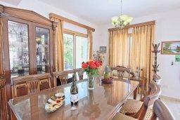 Обеденная зона. Кипр, Аргака : Роскошная уединенная кипрская вилла с панорамным видом на море, с 4-мя спальнями, с бассейном, в окружение зелёного сада, солнечной террасой с патио и барбекю, расположена в Agia Marina