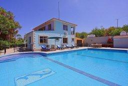 Фасад дома. Кипр, Аргака : Роскошная уединенная кипрская вилла с панорамным видом на море, с 4-мя спальнями, с бассейном, в окружение зелёного сада, солнечной террасой с патио и барбекю, расположена в Agia Marina