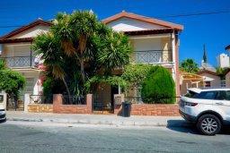 Фасад дома. Кипр, Гермасойя Лимассол : Двухэтажный дом с бассейном и зеленым двориком, 3 спальни, 2 ванные комнаты, Wi-Fi