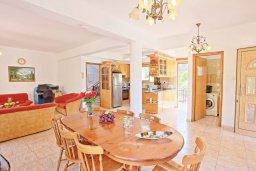 Обеденная зона. Кипр, Помос : Традиционная кипрская вилла с панорамным видом на море, с 3-мя спальнями, бассейном, террасой на крыше, патио, барбекю и настольным теннисом
