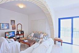 Гостиная. Кипр, Полис город : Роскошная загородная вилла с потрясающим видом на море и горы, с 3-мя спальнями, с бассейном, беседкой с уличным баром и каменным барбекю, расположена в Prodromi