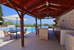Зона отдыха у бассейна. Кипр, Полис город : Роскошная загородная вилла с потрясающим видом на море и горы, с 3-мя спальнями, с бассейном, беседкой с уличным баром и каменным барбекю, расположена в Prodromi
