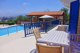 Терраса. Кипр, Полис город : Роскошная загородная вилла с потрясающим видом на море и горы, с 3-мя спальнями, с бассейном, беседкой с уличным баром и каменным барбекю, расположена в Prodromi