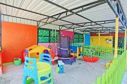 Детская площадка. Кипр, Полис город : Впечатляющая каменная вилла с 5-ю спальнями, 4-мя ванными комнатами, бассейном, в окружение пышного зелёного сада, беседкой с патио и каменным барбекю, и детской площадкой,  расположена в Goudi