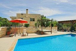 Фасад дома. Кипр, Полис город : Впечатляющая каменная вилла с 5-ю спальнями, 4-мя ванными комнатами, бассейном, в окружение пышного зелёного сада, беседкой с патио и каменным барбекю, и детской площадкой,  расположена в Goudi