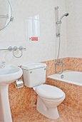 Ванная комната. Кипр, Аргака : Прекрасная вилла с видом на море, с 3-мя спальнями, 2-мя ванными комнатами, бассейном, тенистой террасой с патио и барбекю, расположена всего в 50 метрах от пляжа залива Chrysochous Bay
