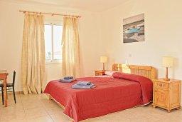 Спальня. Кипр, Аргака : Прекрасная вилла с видом на море, с 3-мя спальнями, 2-мя ванными комнатами, бассейном, тенистой террасой с патио и барбекю, расположена всего в 50 метрах от пляжа залива Chrysochous Bay