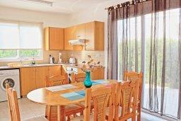 Кухня. Кипр, Аргака : Прекрасная вилла с видом на море, с 3-мя спальнями, 2-мя ванными комнатами, бассейном, тенистой террасой с патио и барбекю, расположена всего в 50 метрах от пляжа залива Chrysochous Bay