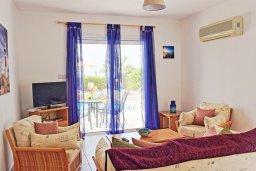 Гостиная. Кипр, Аргака : Прекрасная вилла с видом на море, с 3-мя спальнями, 2-мя ванными комнатами, бассейном, тенистой террасой с патио и барбекю, расположена всего в 50 метрах от пляжа залива Chrysochous Bay