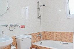 Ванная комната. Кипр, Аргака : Комфортабельная вилла с видом на море, с 2-мя спальнями, 2-мя ванными комнатами, бассейном, тенистой террасой с патио и барбекю, расположена всего в 50 метрах от пляжа залива Chrysochous Bay