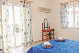 Спальня. Кипр, Аргака : Комфортабельная вилла с видом на море, с 2-мя спальнями, 2-мя ванными комнатами, бассейном, тенистой террасой с патио и барбекю, расположена всего в 50 метрах от пляжа залива Chrysochous Bay