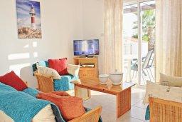 Гостиная. Кипр, Аргака : Комфортабельная вилла с видом на море, с 2-мя спальнями, 2-мя ванными комнатами, бассейном, тенистой террасой с патио и барбекю, расположена всего в 50 метрах от пляжа залива Chrysochous Bay