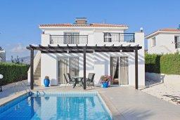 Фасад дома. Кипр, Аргака : Комфортабельная вилла с видом на море, с 2-мя спальнями, 2-мя ванными комнатами, бассейном, тенистой террасой с патио и барбекю, расположена всего в 50 метрах от пляжа залива Chrysochous Bay