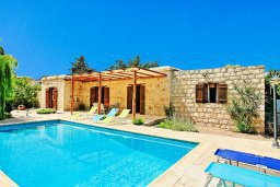 Фасад дома. Кипр, Друсхия : Каменный дом в окружение пышного зелёного сада, с 3-мя спальнями, 2-мя кухнями, бассейном с тенистой террасой с патио и барбекю, расположен в живописной деревне Droushia