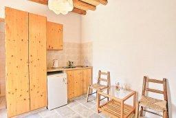 Спальня. Кипр, Друсхия : Каменный дом в окружение пышного зелёного сада, с 3-мя спальнями, 2-мя кухнями, бассейном с тенистой террасой с патио и барбекю, расположен в живописной деревне Droushia