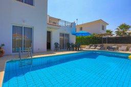 Бассейн. Кипр, Аргака : Очаровательная вилла с панорамным видом на море, с 3-мя спальнями, бассейном, в окружение зелёного сада, солнечной террасой с патио и барбекю, расположена у песчаного пляжа Argaka