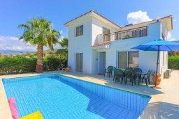 Фасад дома. Кипр, Аргака : Очаровательная вилла с панорамным видом на море, с 3-мя спальнями, бассейном, в окружение зелёного сада, солнечной террасой с патио и барбекю, расположена у песчаного пляжа Argaka
