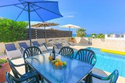 Обеденная зона. Кипр, Аргака : Очаровательная вилла с панорамным видом на море, с 3-мя спальнями, бассейном, в окружение зелёного сада, солнечной террасой с патио и барбекю, расположена у песчаного пляжа Argaka