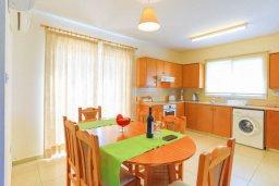 Кухня. Кипр, Аргака : Очаровательная вилла с панорамным видом на море, с 3-мя спальнями, бассейном, в окружение зелёного сада, солнечной террасой с патио и барбекю, расположена у песчаного пляжа Argaka