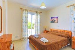 Спальня. Кипр, Аргака : Очаровательная вилла с панорамным видом на море, с 3-мя спальнями, бассейном, в окружение зелёного сада, солнечной террасой с патио и барбекю, расположена у песчаного пляжа Argaka