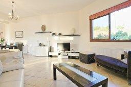 Гостиная. Кипр, Скулли : Роскошная вилла с панорамным видом на горы и апельсиновые рощи, с 4-мя спальнями, 4-мя ванными комнатами, бассейном с подогревом и джакузи, детской площадкой, беседкой и барбекю, расположена деревне Skoulli