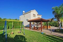 Фасад дома. Кипр, Скулли : Роскошная вилла с панорамным видом на горы и апельсиновые рощи, с 4-мя спальнями, 4-мя ванными комнатами, бассейном с подогревом и джакузи, детской площадкой, беседкой и барбекю, расположена деревне Skoulli