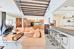 Гостиная. Кипр, Лачи : Современная и просторная вилла с панорамным видом на море, с 3-ми спальнями, бассейном, фантастической террасой с lounge-зоной и барбекю