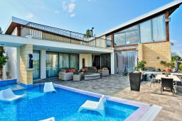 Фасад дома. Кипр, Лачи : Современная и просторная вилла с панорамным видом на море, с 3-ми спальнями, бассейном, фантастической террасой с lounge-зоной и барбекю