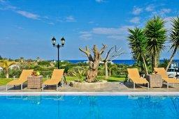 Бассейн. Кипр, Лачи : Современная и просторная вилла с панорамным видом на море, с 3-ми спальнями, бассейном, фантастической террасой с lounge-зоной и барбекю