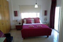 Спальня. Кипр, Центр Айя Напы : Прекрасная вилла с 4-мя спальнями, 2-мя ванными комнатами, с бассейном, тенистой террасой с патио и барбекю, расположена в тихом районе Kokkines