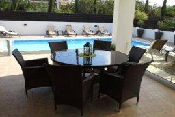 Обеденная зона. Кипр, Центр Айя Напы : Прекрасная вилла с бассейном и двориком с барбекю, 4 спальни, 2 ванные комнаты, патио, парковка, Wi-Fi