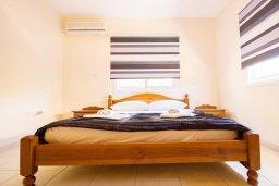 Спальня. Кипр, Ионион - Айя Текла : Уютная вилла с 2-мя спальнями, с бассейном, солнечной террасой с патио и барбекю, расположена в тихом месте в Agia Thekla