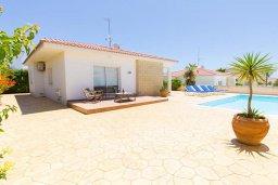 Фасад дома. Кипр, Ионион - Айя Текла : Уютная вилла с 2-мя спальнями, с бассейном, солнечной террасой с патио и барбекю, расположена в тихом месте в Agia Thekla