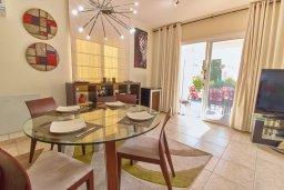 Обеденная зона. Кипр, Корал Бэй : Прекрасная вилла с бассейном и двориком с барбекю, 3 спальни, 2 ванные комнаты, парковка, Wi-Fi