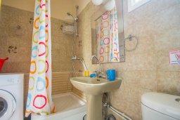 Ванная комната. Кипр, Нисси Бич : Уютная студия с кондиционером и балконом
