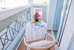 Балкон. Кипр, Коннос Бэй : Прекрасная вилла с 3-мя спальнями, 2-мя ванными комнатами, с бассейном, зелёным двориком с патио, lounge-зоной и барбекю, расположена недалеко от знаменитого пляжа Konnos Beach