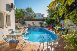 Бассейн. Кипр, Коннос Бэй : Прекрасная вилла с 3-мя спальнями, 2-мя ванными комнатами, с бассейном, зелёным двориком с патио, lounge-зоной и барбекю, расположена недалеко от знаменитого пляжа Konnos Beach