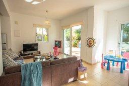 Гостиная. Кипр, Коннос Бэй : Прекрасная вилла с 3-мя спальнями, 2-мя ванными комнатами, с бассейном, зелёным двориком с патио, lounge-зоной и барбекю, расположена недалеко от знаменитого пляжа Konnos Beach