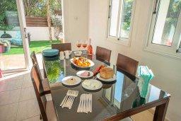 Обеденная зона. Кипр, Коннос Бэй : Прекрасная вилла с 3-мя спальнями, 2-мя ванными комнатами, с бассейном, зелёным двориком с патио, lounge-зоной и барбекю, расположена недалеко от знаменитого пляжа Konnos Beach