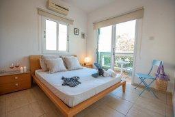 Спальня. Кипр, Коннос Бэй : Прекрасная вилла с 3-мя спальнями, 2-мя ванными комнатами, с бассейном, зелёным двориком с патио, lounge-зоной и барбекю, расположена недалеко от знаменитого пляжа Konnos Beach