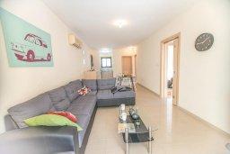 Гостиная. Кипр, Каппарис : Апартамент в комплексе с бассейном, с гостиной, тремя спальнями, двумя ванными комнатами и террасой