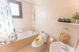 Ванная комната. Кипр, Каппарис : Апартамент в комплексе с бассейном, с гостиной, тремя спальнями, двумя ванными комнатами и террасой