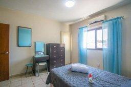 Спальня. Кипр, Центр Айя Напы : Апартамент в центре Айя Напы с гостиной, двумя спальнями и балконом
