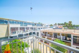 Балкон. Кипр, Центр Айя Напы : Апартамент в центре Айя Напы с гостиной, двумя спальнями и балконом