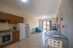 Гостиная. Кипр, Центр Айя Напы : Апартамент в центре Айя Напы с гостиной, двумя спальнями и балконом