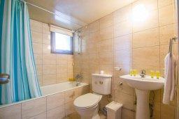 Ванная комната. Кипр, Центр Айя Напы : Апартамент в центре Айя Напы с гостиной, двумя спальнями и балконом