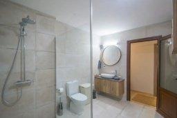 Ванная комната. Кипр, Центр Айя Напы : Апартамент с гостиной, двумя спальнями и террасой