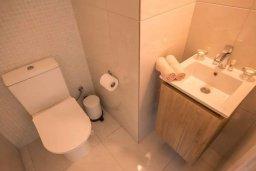 Туалет. Кипр, Авгору : Двухуровневый апартамент с гостиной, двумя спальнями и террасой на крыше
