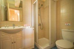 Ванная комната. Кипр, Каппарис : Апартамент в комплексе с бассейном, с гостиной, отдельной спальней и балконом